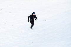 跑在雪的人 免版税库存图片