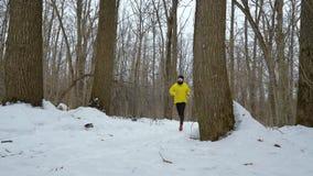 跑在雪道路的男性运动员在森林里在冬日 股票视频