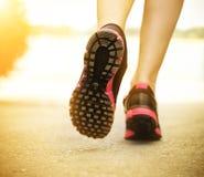 跑在鞋子的路特写镜头的赛跑者脚 免版税库存图片