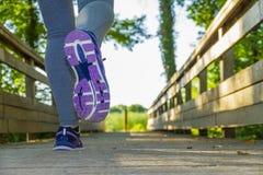 跑在领域的妇女 免版税库存图片