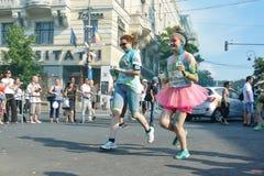 跑在颜色奔跑的两个女孩 库存图片