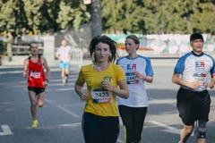 跑在马拉松期间的女孩 免版税图库摄影
