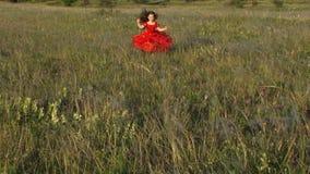 跑在绿色草甸的美丽的小女孩 股票视频