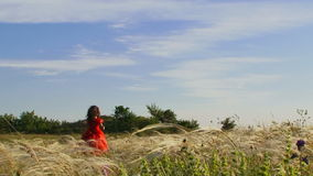 跑在绿色领域的美丽的小女孩 股票录像
