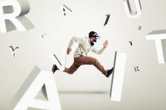 跑在3d信件之间的虚拟现实玻璃的年轻人 免版税库存照片