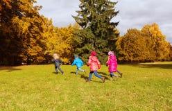跑小组愉快的小孩户外 库存照片