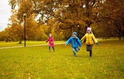 跑小组愉快的小孩户外 免版税库存图片