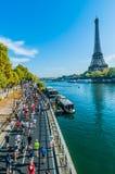跑巴黎马拉松法国的人们 库存图片