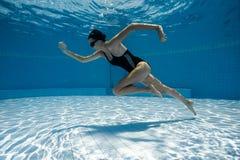 跑年轻运动的妇女在水面下 库存图片