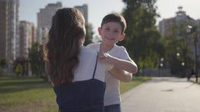 跑往他的姐姐和拥抱她的小男孩在夏天公园 户外休闲 友好的联系 股票视频