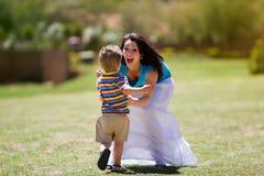 跑往他的小孩是母亲 图库摄影
