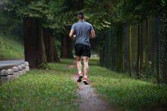 跑户外尝试的减重的健身模型 免版税库存图片