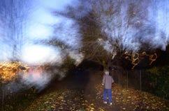 跑掉在夜偏僻的河岸恐惧光 库存照片