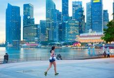 跑新加坡的妇女 免版税库存图片