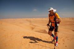 跑极端沙漠马拉松的人在阿曼 库存照片