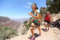 跑横越全国的赛跑者的足迹在大峡谷 免版税图库摄影