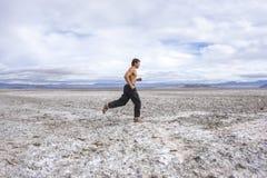跑横跨一片白色沙漠 库存照片