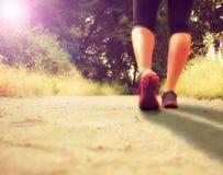 跑步一个运动对的腿运行或 免版税图库摄影