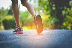 跑步与体育鞋子在度假健康和秀丽的 并且肥胖减少 免版税库存图片