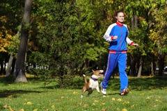 跑步与狗 免版税库存照片