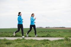 跑步两名的妇女户外 免版税库存照片