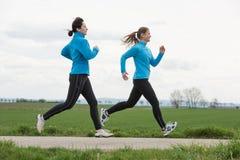 跑步两名的妇女户外 免版税库存图片