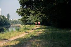 跑步健康健身的夫妇户外 免版税库存图片