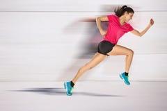 开始跑的体育妇女。 速度作用。 免版税库存照片