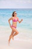 跑步含沙白色的海滩 免版税库存照片