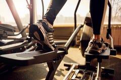 跑步在健身房的妇女 免版税库存图片
