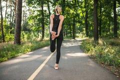 跑步在公园的一个女孩 免版税库存照片