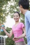 跑步在公园的一对年轻夫妇 免版税图库摄影