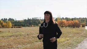 跑步在公园的妇女,夫人通过公园有效地跑 影视素材