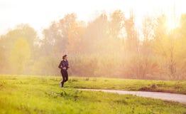 跑步在公园的妇女 免版税库存照片