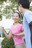 跑步在公园的年轻夫妇 免版税库存图片