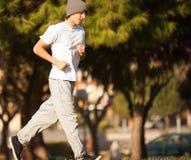 跑步在公园的年轻英俊的人 免版税图库摄影
