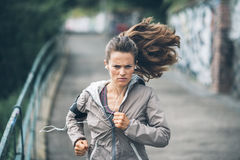 跑步在城市公园的健身少妇 库存照片