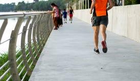 跑步在城市公园的连续人 库存照片