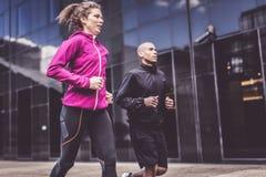 跑步在城市布局的不同种族的夫妇 免版税库存照片