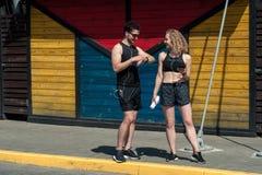跑步在城市街道上的赛跑者夫妇  免版税库存照片