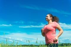 跑步在宽领域的少妇 免版税库存照片