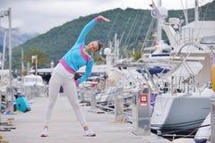 跑步在小游艇船坞的妇女 免版税图库摄影