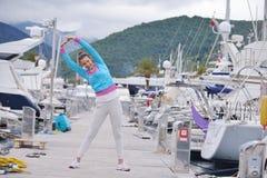 跑步在小游艇船坞的妇女 免版税库存照片