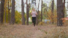 跑步在森林和射击的录影的愉快的少妇在selfie棍子 股票录像