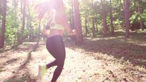 跑步在森林的女孩户外 股票视频