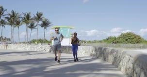 跑步在沿海岸区的快乐的夫妇 股票视频