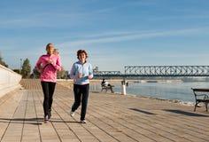 跑步在海岸 免版税库存照片