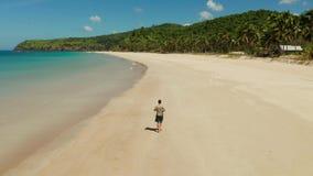 跑步在海滩的人在夏天 股票录像