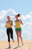 跑步在海滩的妇女 图库摄影