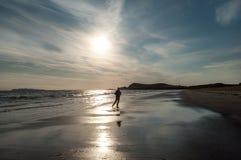 跑步在海滩的一个人 库存照片
